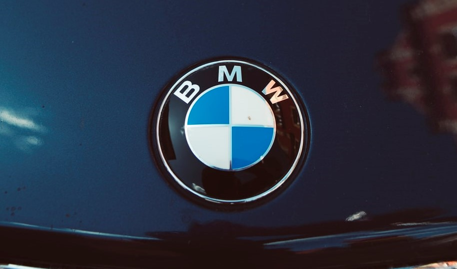 The BMW emblem on a car