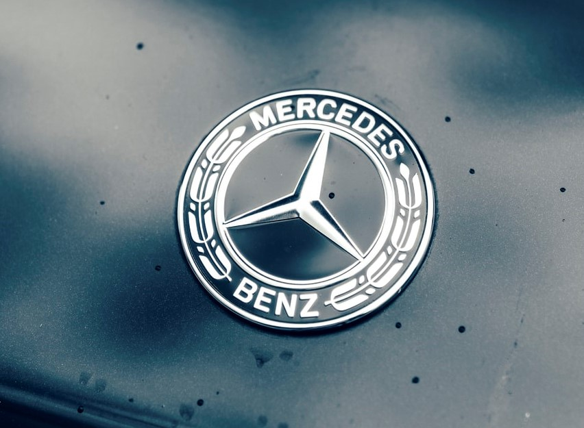 The vintage Mercedes-Benz logo on the hood of a car